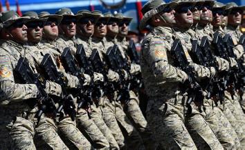 חיילי הצבא הלאומי של אזרבייג'ן חמושים ברובי תבור, במהלך המצעד הצבאי במוסקבה לציון 70 שנה לניצחון על גרמניה הנאצית, 2015