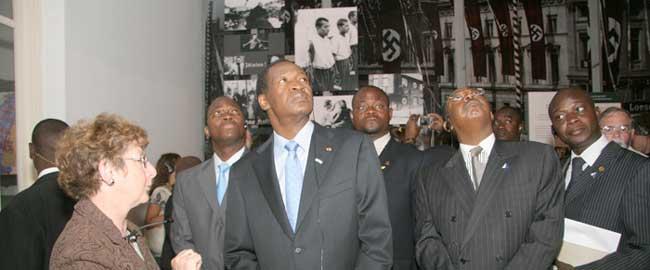 נשיא בורקינה פאסו לשעבר, בלז קומפאורה, בסיור ביד ושם, 2008. צילום: יד ושם