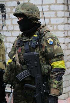 חייל במיליציה הניאו-נאצית Azov, נושא רובה תבור