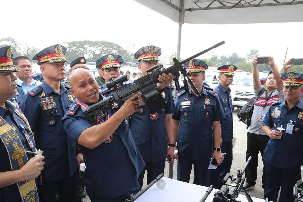 תמונה של קצין בכיר במשטרה הפיליפינית עם מקלע נגב