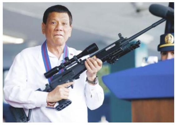 נשיא הפיליפינים דוטרטה מחזיק רובה גליל תוצרת תעשיות נשק לישראל. תמונה: אי.פי