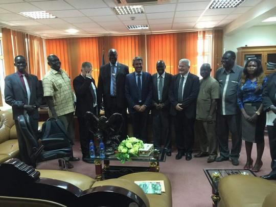 האלוף במיל' ישראל זיו לצד שרי הביטחון והחקלאות של דרום סודאן. מצד שמאל מסתיר את פניו – עמנואל רוזן. צילום: משרד החקלאות הדרום סודאני