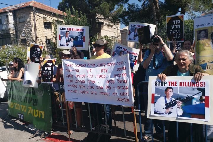 הפגנה ובה שלטים נגד שיתוף הפעולה עם נשיא הפיליפינים דוטרטה