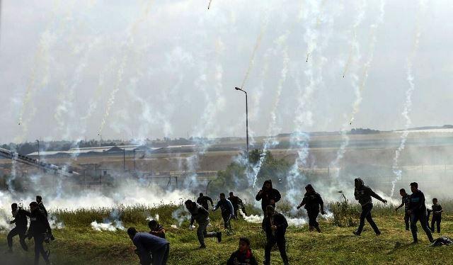 גז מדמיע מרחפן ליד גדר רצועת עזה. צילום: Gaza Now